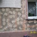 Skomplikowana naprawa popękanych ścian w domu jednorodzinnym z zastosowaniem profili śrubowych Brutt Saver montowanych w różnych konfiguracjach (pionowo, poziomo, kotwy Saver).