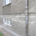 Saver Profile zamontowane na popękanej ścianie domu jednorodzinnego. Widoczne zagięte końcówki profili śrubowych zamontowane w narożu na prostopadłej ścianie.