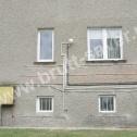 Saver Profile zamontowane na popękanej ścianie domu jednorodzinnego.