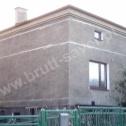 """""""Wieńce rozproszone"""" z Saver Profili zamontowane wokół popękanych murów budynku."""