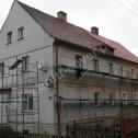 """Wzmocnienie murów budynku - """"wieńce rozproszone"""" z profili śrubowych - system Brutt Saver."""