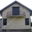 Naprawa popękanych ścian w mocno uszkodzonym domu jednorodzinnym. Do naprawy zastosowano spiralne profile ze stali nierdzewnej montowane w różnych konfiguracjach wokół całego budynku.
