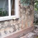 Naprawa popękanych ścian - wyfrezowane bruzdy pod montaż profili śrubowych Brutt'a. Układ mieszany - wzmocnienie muru w pionie i poziomie.