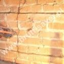 Naprawa muru - iniekcja niskociśnieniowa zaprawy Saver Powder do istniejącego pęknięcia.