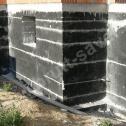 """Naprawa murów fundamentowych - widok wzmocnień wykonanych """"na gotowo"""" po wypełnieniu ubytków w bruzdach zaprawą murarską."""