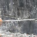 Naprawa ścian fundamentowych - układanie pierwszej warstwy zaprawy Saver Powder. Na końcu bruzdy z lewej strony widoczny otwór pod montaż końcówki profili śrubowego.