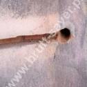 Fragment wyfrezowanej bruzdy i otwór do montażu końcówki spiralnego profilu ze stali nierdzewnej firmy Brutt Saver.