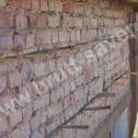 Naprawa murów - stabilizacja sprężynujących Saver Profili w bruzdach przy pomocy klinów drewnianych.