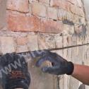 Montaż Saver Profilu w wyfrezowanej bruździe w murze z cegły.