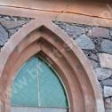 Naprawa muru z kamienia. Widoczna wyfrezowana bruzda pod montaż profili śrubowych Brutt'a i miejsca montażu kotew Saver w łukach.