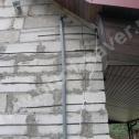 Naprawa pękniętego narożnika - widoczne różne długości końcówek profili śrubowych Brutt'a.