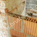 Przykład zastosowania nierdzewnych Saver Profili jako przewiązań istniejącego muru z budowaną ścianką działową.
