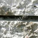 Spiralny Saver Profil w pierwszej warstwie zaprawy Saver Powder w bruździe - widoczny SureClip (nierdzewny klin systemowy) do stabilizacji profilu.