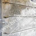 """Przygotowane """"na sucho"""" Saver Profile do montażu w bruzdach. Widoczne otwory w murze pod zagięte końcówki nierdzewnych profili."""