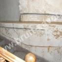 """Naprawa popękanych murów wewnętrznych. Widoczne, przygotowane """"na sucho"""" spiralne profile ze stali nierdzewnej w wyfrezowanych wcześniej bruzdach."""