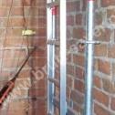 Wypełnianie zaprawą Saver Powder otworu pod montaż zagiętej końcówki Saver Profilu w narożu wewnętrznym. Wymagana długość końcówek - około 30 - 50 cm w zależności od grubości murów.