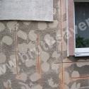 Naprawa uszkodzonych ścian domu jednorodzinnego. Z uwagi na bardzo dużą ilość zróżnicowanych uszkodzeń, do naprawy zastosowano mieszany układ Saver Profili montowanych w bruzdach wyfrezowanych zarówno w pionie jak i w poziomie.
