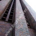 Popękane mury (przypory) wieży kościelnej przed naprawą w technologii Brutt Saver.