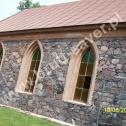 Zabytkowy kościółek o konstrukcji kamiennej wzmocniony Saver Profilami montowanymi bezpośrednio w wyczyszczonych ze starej zaprawy spoinach.