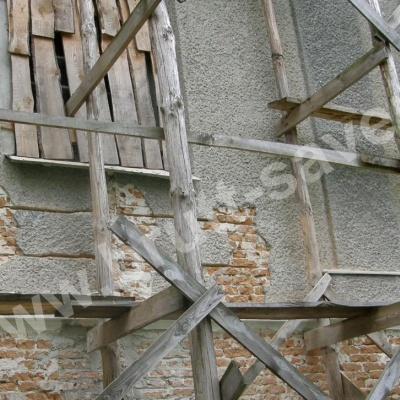 Prace przy wzmacnianiu popękanych murów zabytkowego kościoła w okolicach Zamościa z zastosowaniem technologii Brutt'a.