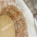 Wzmocnienie pękniętego łuku w oknie zabytkowego kościoła z wykorzystaniem Saver Profili - nierdzewnych profili śrubowych firmy Brutt Saver (CPSI)